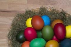 Huevos coloridos en la jerarquía Imagen de archivo libre de regalías