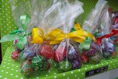 Huevos coloridos - presentes de Pascua imagen de archivo libre de regalías