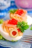 Huevos con el salmón ahumado y el caviar rojo Fotografía de archivo libre de regalías