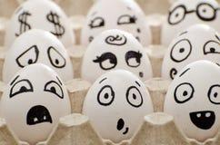 Huevos con emociones pintadas en la bandeja, primer Foto de archivo libre de regalías