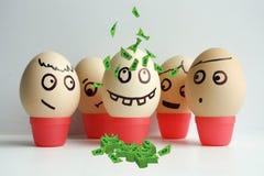 Huevos con la cara pintada Equipo del concepto Imagen de archivo