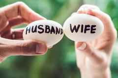 Huevos con las inscripciones esposa y marido El conflicto entre el marido y la esposa foto de archivo