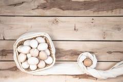 Huevos crudos en el fondo de madera Imágenes de archivo libres de regalías