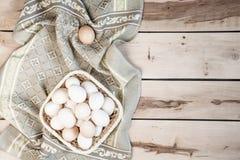 Huevos crudos en el fondo de madera Imagen de archivo libre de regalías