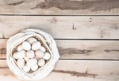Huevos crudos en el fondo de madera Foto de archivo
