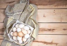 Huevos crudos en el fondo de madera Fotografía de archivo
