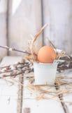 Huevos crudos en una jerarquía del heno Imagen de archivo libre de regalías