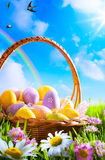 Huevos de Art Easter en cesta Fotografía de archivo libre de regalías