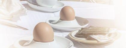 Huevos de Boilled en una tabla foto de archivo