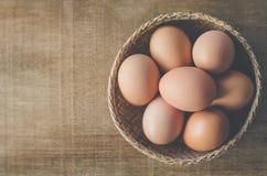 Huevos de Brown en alimento biológico de la cesta Imagen de archivo