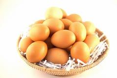 Huevos de Brown en cesta Foto de archivo