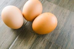 Huevos de Brown en el fondo de madera Imagen de archivo
