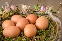 Huevos de Brown en una cesta imagen de archivo libre de regalías