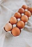 Huevos de Brown Pascua en tela foto de archivo