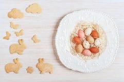 Huevos de chocolate de Pascua en una placa Fotos de archivo libres de regalías