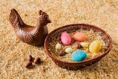 Huevos de chocolate de Pascua sobre la paja Fotos de archivo libres de regalías