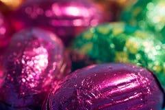 Huevos de chocolate envueltos Fotos de archivo