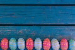 Huevos de chocolate de Pascua, banco azul, fondo de pascua imagen de archivo libre de regalías