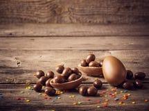 Huevos de chocolate sobre fondo de madera fotografía de archivo libre de regalías