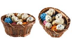 Huevos de codornices aislados en una cesta con las bolas de madera decorativas Imágenes de archivo libres de regalías