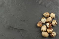 Huevos de codornices de la salud y de la dieta en la tabla de cocina Algunos huevos frescos de codornices en la tabla Huevos de c Foto de archivo libre de regalías