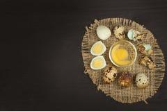 Huevos de codornices de la salud y de la dieta en la tabla de cocina Algunos huevos frescos de codornices en la tabla Huevos de c Imagen de archivo libre de regalías