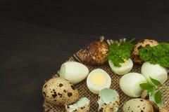 Huevos de codornices de la salud y de la dieta en la tabla de cocina Algunos huevos frescos de codornices en la tabla Huevos de c Foto de archivo