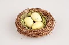 Huevos de codornices de Pascua en bascket marrón Imagen de archivo libre de regalías