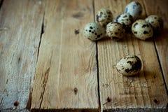Huevos de codornices dispersados en el fondo de madera envejecido del tablón, estilo rústico del vintage, Pascua fotos de archivo libres de regalías