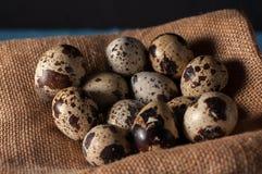 Huevos de codornices en bolso en heno y una vieja rama de árbol Viejo fondo de madera rústico Pascua feliz Imagenes de archivo