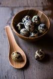 Huevos de codornices en cucharas de madera Fotografía de archivo