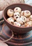 Huevos de codornices en cuenco de cerámica Fotografía de archivo
