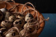 huevos de codornices en cuenco de madera en cierre azul del fondo para arriba Fotografía de archivo libre de regalías