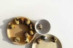 Huevos de codornices en diversa placa de cer?mica tres en un fondo blanco fotos de archivo libres de regalías