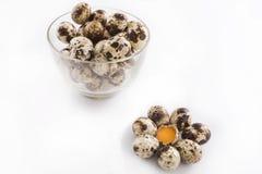 Huevos de codornices en el bol de vidrio Imagen de archivo libre de regalías