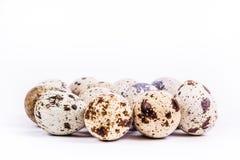 Huevos de codornices en el fondo blanco Alimentos sanos foto de archivo libre de regalías