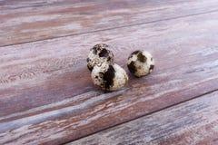 Huevos de codornices en forma de corazón Imagen de archivo