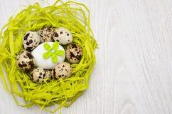 Huevos de codornices en la jerarquía hecha de la paja Fotos de archivo libres de regalías