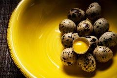 Huevos de codornices en placa y yema de huevo amarillas Fotografía de archivo libre de regalías