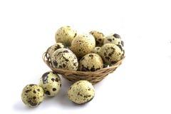 Huevos de codornices en una cesta en un fondo blanco Forma de vida sana Adiete el alimento imagen de archivo