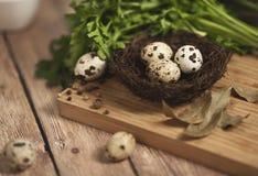 Huevos de codornices en una jerarquía en un fondo de madera Imagen de archivo libre de regalías