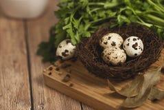 Huevos de codornices en una jerarquía en un fondo de madera Imágenes de archivo libres de regalías