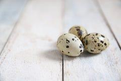 Huevos de codornices en una tabla de madera blanca en una cocina rústica Imagenes de archivo