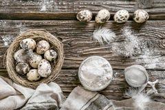 Huevos de codornices Fondo de madera rústico Visión superior Imagen de archivo