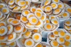 Huevos de codornices fritos en mercado tailandés Imagen de archivo