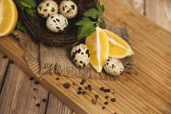 Huevos de codornices y huevos de codornices fritos de delicioso Fotografía de archivo