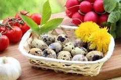 Huevos de codornices y verduras frescas Imagenes de archivo