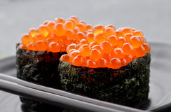 Huevos de color salmón o Ikura en estilo japonés Foto de archivo