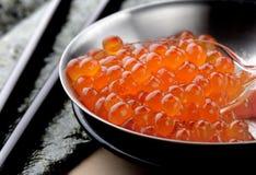 Huevos de color salmón o Ikura en estilo japonés Imagen de archivo
