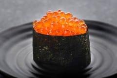 Huevos de color salmón o Ikura en estilo japonés Imagenes de archivo